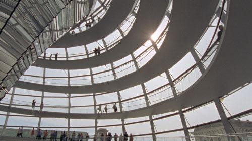 建築・デザインの歴史を変えた、ノーマン・フォスターとイームズ夫妻の仕事に迫る
