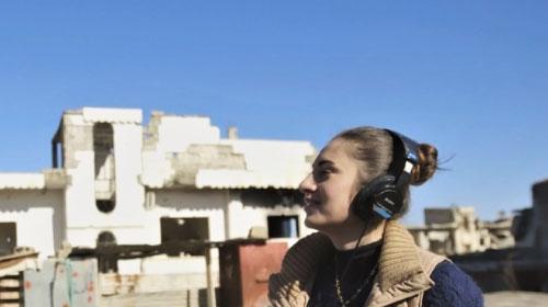 シリアの女子大学生が始めたラジオ局が復興の息吹を届ける『ラジオ・コバニ』